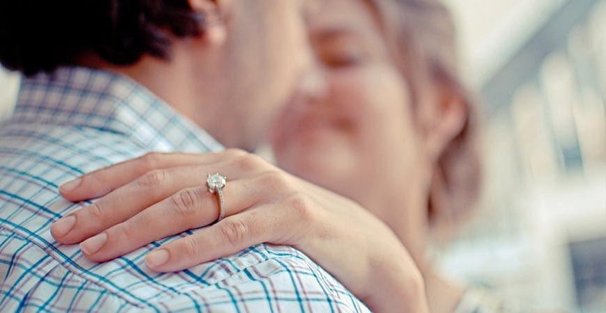 En que dedo se pone el anillo de compromiso